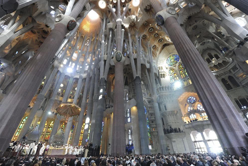 Sagrada familia coming home to story - Sagrada familia interieur ...
